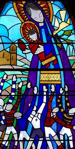 Vitrail représentant la Vierge à la touche.