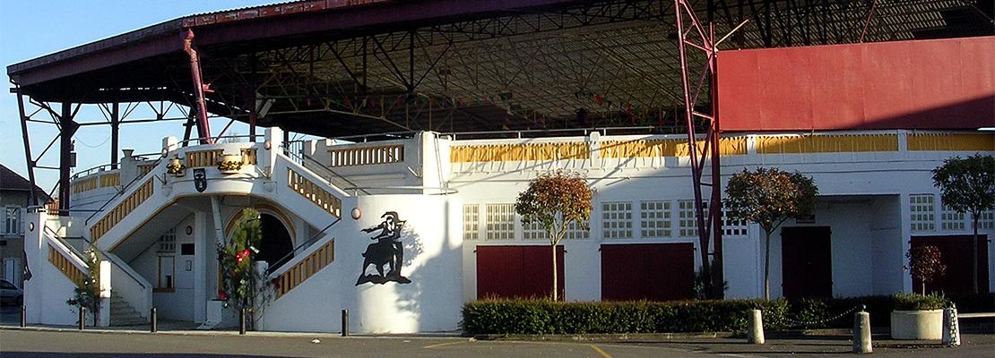 Les magnifiques arènes de Pomarez, terrain de jeu préféré des vaches landaises - Crédit photo: Jibi44 - CC BY-SA 3.0