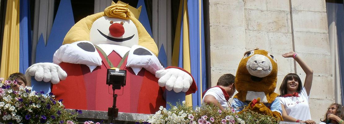 Roi Léon sur le balcon de l'hôtel de ville de Bayonne