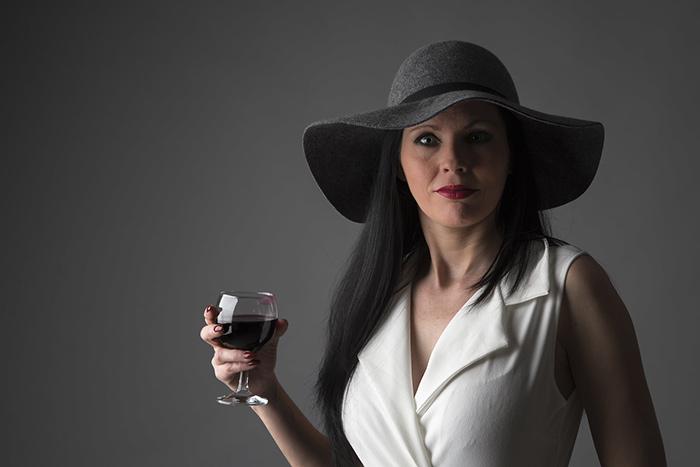 femme tenant un verre de vin